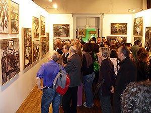 Visiteurs lors de l'exposition de Oscar Rabine